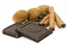 Amandelen, chocolade en kaneel Stock Afbeeldingen