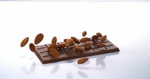 Amandelen die op Melkchocolatablet vallen, stock footage