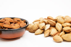 Amandelen in een kom, snacks van noten royalty-vrije stock foto's