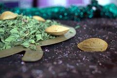 Amandelen en henna in een koper appelvormige schotel die worden voorgesteld Royalty-vrije Stock Afbeeldingen