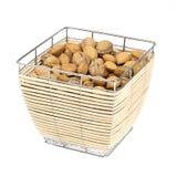 Amandelen en okkernoten in een geïsoleerdee voedselmand Royalty-vrije Stock Afbeelding