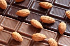 Amandelen op chocolade Stock Afbeeldingen