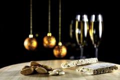 Amandelnoga met champagne op zwarte stock afbeeldingen