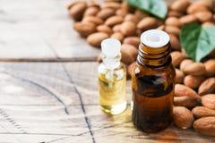 Amandelolie in fles op houten achtergrond Concept Spa, aromatherapy en geneeskunde De ruimte van het exemplaar stock afbeelding