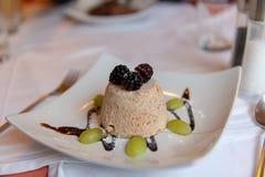Amandelroomijs met bessen en druiven stock afbeeldingen