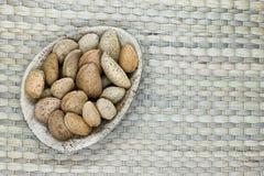Amandes avec la coquille de noix dans le plat naturel de feuille de banane d'Eco sur Mat Surface en bambou naturel avec l'espace  images stock