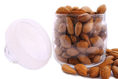 Amandes d'isolement dans le bac en verre photo stock