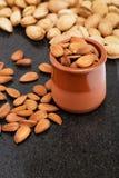 Amandes dans un récipient, casse-croûte des noix Photos stock