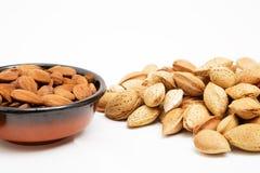 Amandes dans une cuvette, casse-croûte des noix Photos libres de droits