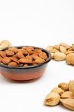 Amandes dans une cuvette, casse-croûte des noix Photo stock