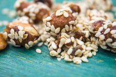 Amandes douces avec les graines de sésame Photographie stock libre de droits
