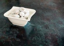 Amandes enduites du chocolat et du sucre glace Image stock
