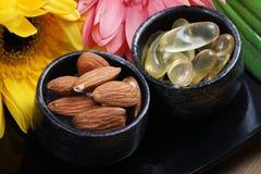 Amandes et capsules d'huile image stock