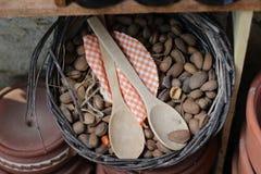 Amandes et cuillères en bois photos libres de droits