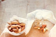 Amandes et huile d'amandes image stock