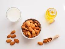 Amandes et huile d'amandes sur un fond blanc, consommation saine photo libre de droits