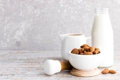 Amandes et lait d'amande photos libres de droits