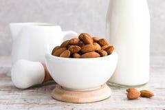 Amandes et lait d'amande photographie stock libre de droits