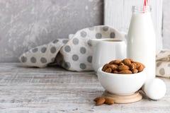 Amandes et lait d'amande photographie stock