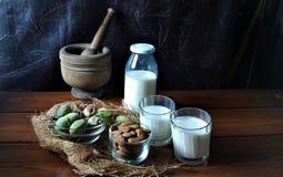Amandes et lait frais sur le bois photographie stock