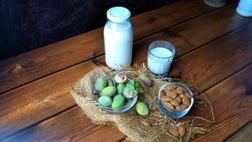 Amandes et lait frais sur le bois photo stock