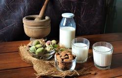 Amandes et lait frais sur le bois image libre de droits