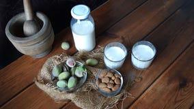Amandes et lait frais sur le bois images stock