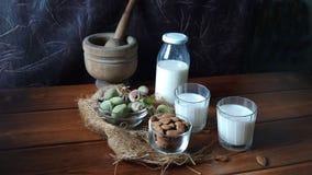 Amandes et lait frais sur le bois photographie stock libre de droits