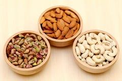 Amandes, noix de cajou, pistache images libres de droits