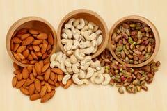 Amandes, noix de cajou, pistache photo libre de droits