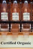 Amandes organiques certifiées en vrac les distributeurs photos stock