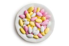 Amandes sucrées de plat en céramique Photographie stock libre de droits