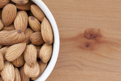 Amandes sur un fond blanc, ou sur une table en bois simple Images stock