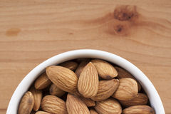 Amandes sur un fond blanc, ou sur une table en bois simple Image stock