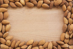 Amandes sur un fond blanc, ou sur une table en bois simple Photographie stock