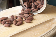 Amandes sur un plateau de portion Images stock