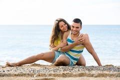 Amando dois que têm a data romântica no Sandy Beach Fotos de Stock Royalty Free