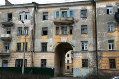 Amandoned-Gebäude in Kronstadt, Russland am bewölkten Tag des Winters Lizenzfreies Stockfoto