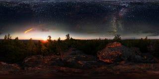Amanece en el bosque debajo del cielo estrellado una vía láctea panorama esférico del grado de 360 vr Fotos de archivo