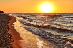 Amanecer amarillo brillante el sol quema todo, incluso el mar está quemando imagen de archivo libre de regalías