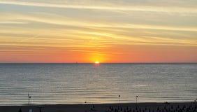 Amanecer anaranjado sobre el mar Mediterráneo en verano para el viaje y el concepto naturalista Fotografía de archivo libre de regalías