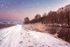 Amanecer brumoso del invierno en el río Copos de nieve, nevadas Wint soleado Imágenes de archivo libres de regalías