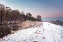 Amanecer brumoso del invierno en el río Escena de niebla y escarchada rural Foto de archivo