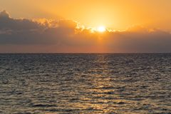 Amanecer colorido sobre el mar, puesta del sol Puesta del sol m?gica hermosa sobre el mar foto de archivo libre de regalías