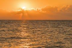 Amanecer colorido sobre el mar, puesta del sol Puesta del sol m?gica hermosa sobre el mar imagen de archivo