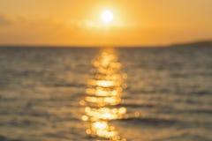 Amanecer colorido sobre el mar, puesta del sol Puesta del sol m?gica hermosa sobre el mar blurry fotografía de archivo