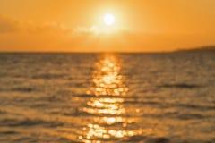 Amanecer colorido sobre el mar, puesta del sol Puesta del sol m?gica hermosa sobre el mar blurry imagen de archivo libre de regalías