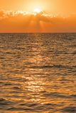 Amanecer colorido sobre el mar, puesta del sol Puesta del sol m?gica hermosa sobre el mar Foto vertical foto de archivo libre de regalías