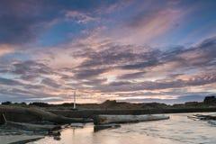 Amanecer cruzado de la orilla del río Foto de archivo