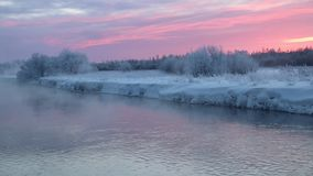 Amanecer de la mañana en el río en una evaporación fuerte de la helada del agua en frío punzante almacen de video